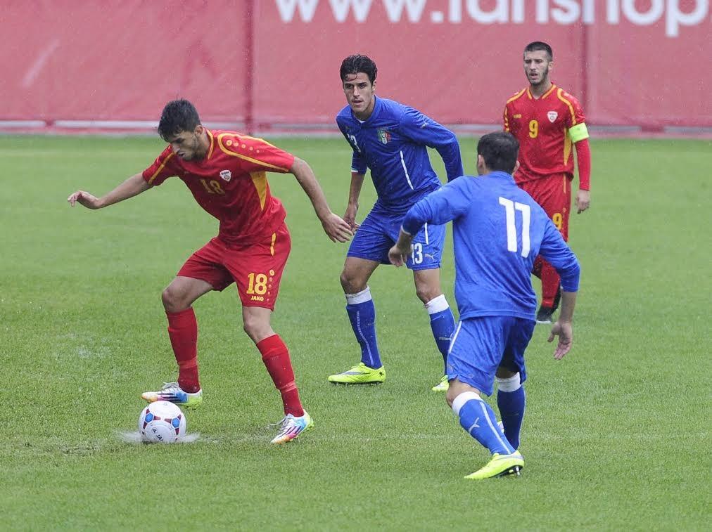 Remzifaik Selmani controls the ball before Diego Borghini and Alfredo Bifulco; photo: FFM